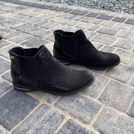 Niskie buty z małym obcasem koturnem ze złotymi wstawkami