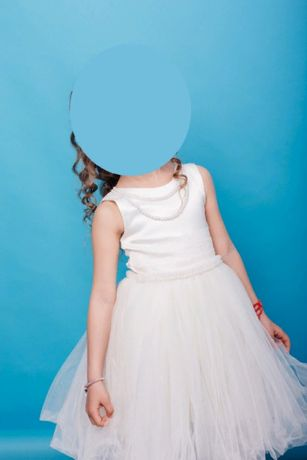 Красивое нарядное платье с кружевом и жемчугом нарядное выпускное
