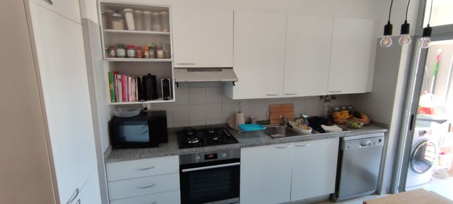 Cozinha, móveis brancos, pedra granito Évora, óptimo estado