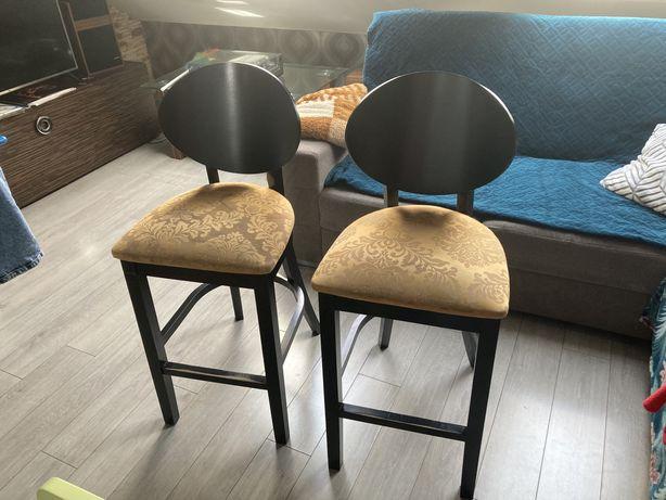 Dwa drewniane krzesla barowe