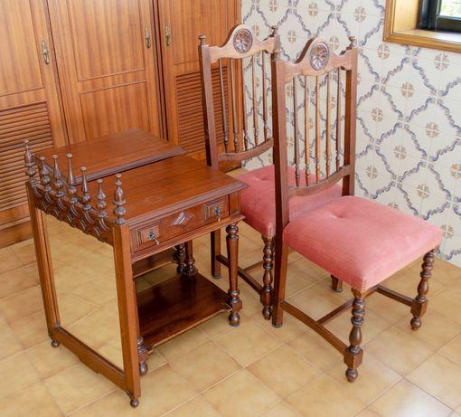 Mobília de quarto, cama, cadeiras, mesinha de cabeceira, espelho