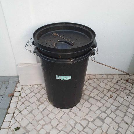 Caixotes do lixo pretos furados (compostores)