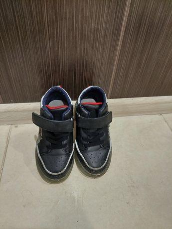 Кроссовки высокие осенние