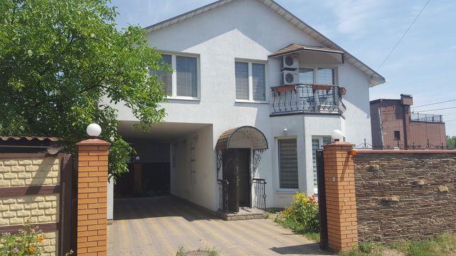 Дом возле Днепра на Русановских садах.