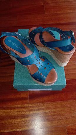 Sandálias em pele novas