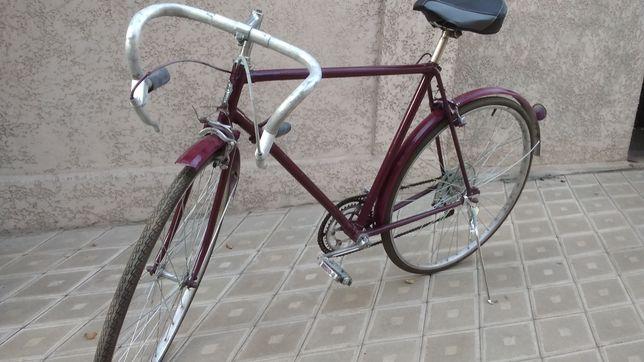 Велосипед спортивный покрышки в хорошем состоянии камеры не спускают.