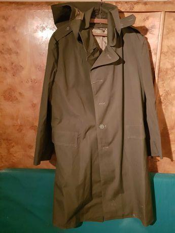 Płaszcz przeciwdeszczowy dla wędkarza z odpinanym kapturem