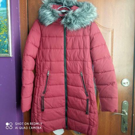 Kurtka zimowa z kapturem z odpinanym futerkiem.