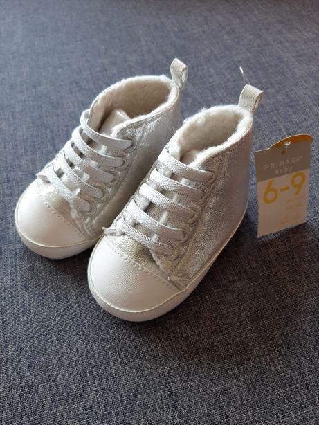 Butki niechodki PRIMARK baby 6-9 miesięcy (rozm.18) srebrne, ocieplane