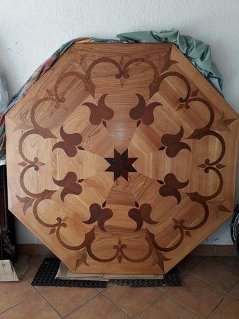 Oryginalny drewniany stół w stylu zakopiańskim