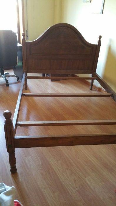 Cama de casal, cómoda e camiseiros antigos