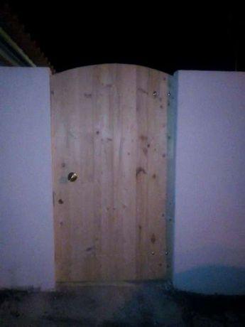Vários tipos e formatos de portões em madeira.