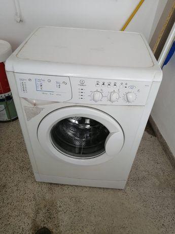 Máquina de lavar a roupa Indesit