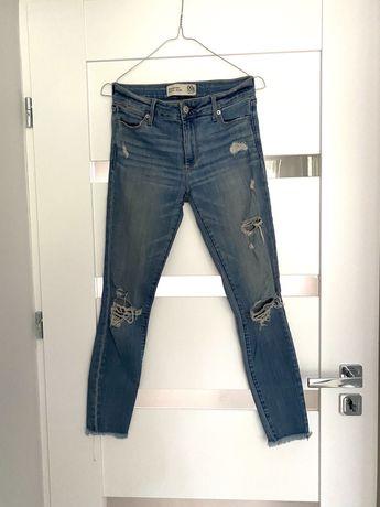 Spodnie rurki Abercrombie&Fitch z dziurami jeansy