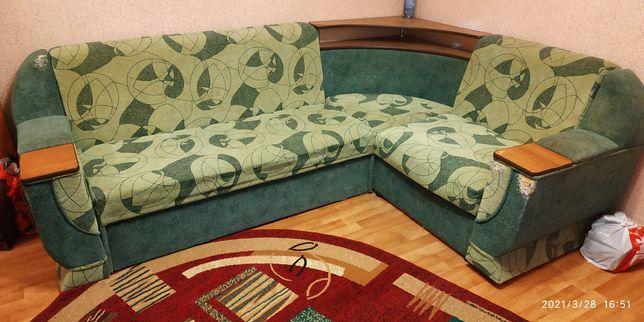 Продам угловой диван с передвижной тумбой.