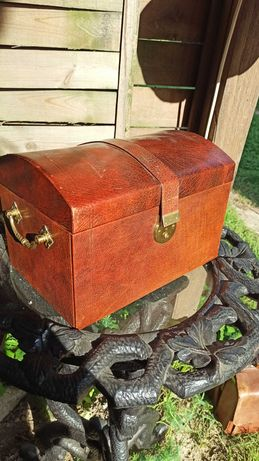 Skorzany kufer na monety