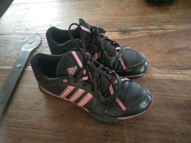 Tênis Adidas pretos e rosa