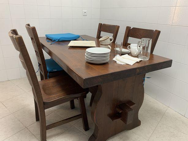 Mesa de jantar em madeira maciça com cadeiras