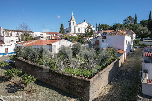 Moradia T12 com jardim e poço inserido no Castelo de Vila Viçosa para