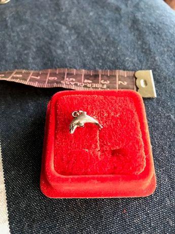 Wisiorek ze srebra delfin.