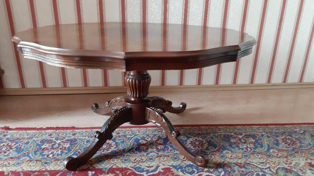 Stary drewniany stół w stylu barokowym