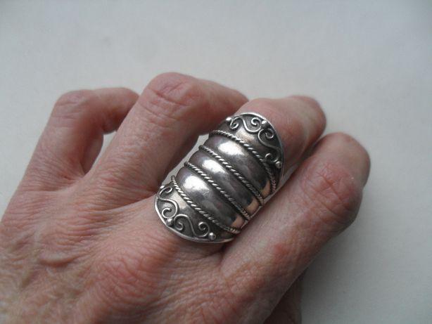 Srebrny duży pierścionek z ciekawym wzorem