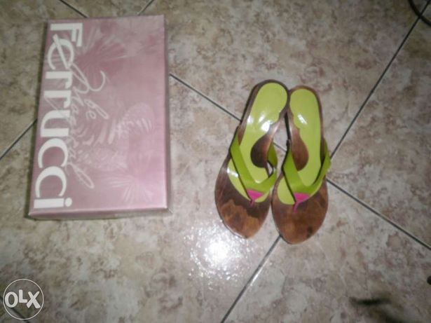 Vendo sandálias da Ferrucci