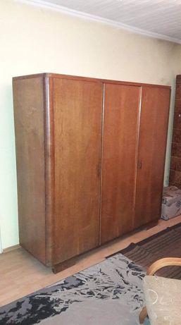 Zabytkowa drewniana szafa dziadka