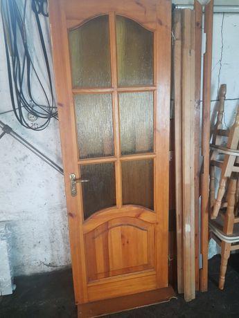 Дверь межкомнатная деревянная с лудкой и обналичкой