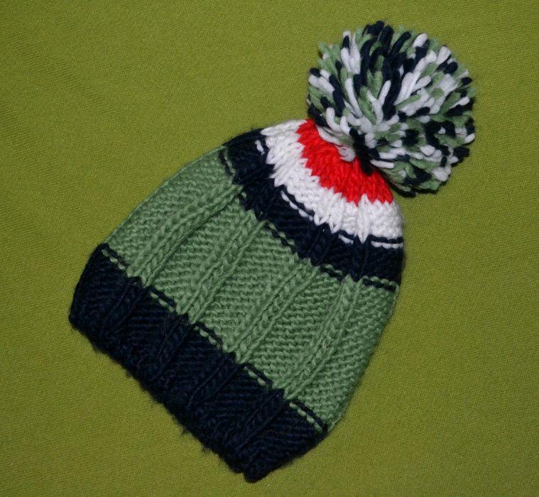 Вязаная разноцветная шапка с помпоном