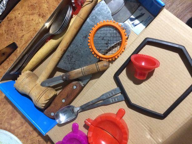 Венчик формочки сито скалка деревянная  ножи крышки формы вареники