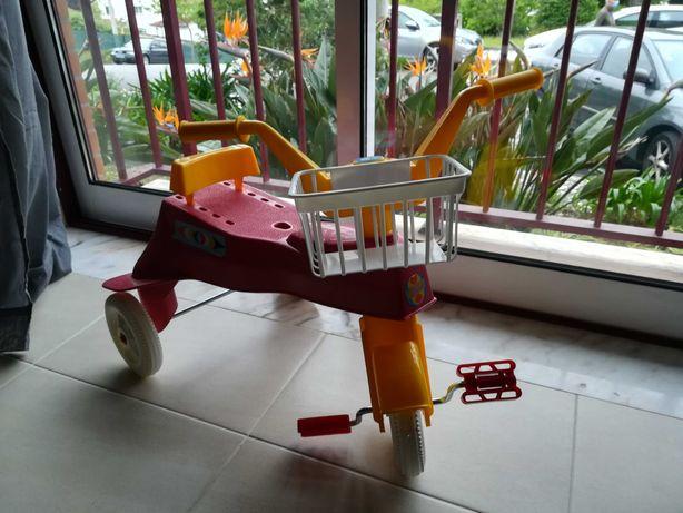 Triciclo novo para criança com cesto e encosto ajustável