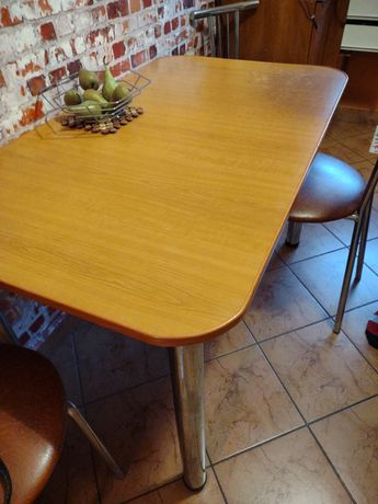 Stół kuchenny z 4 krzesłami