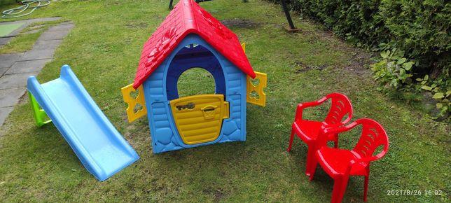 Domek dla dzieci, krzesełka, zjeżdżalnia i zabawki do piaskownicy
