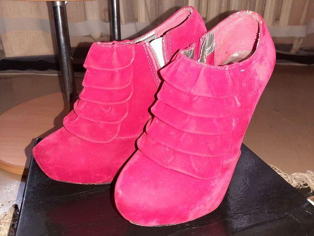 Красные красивые туфли