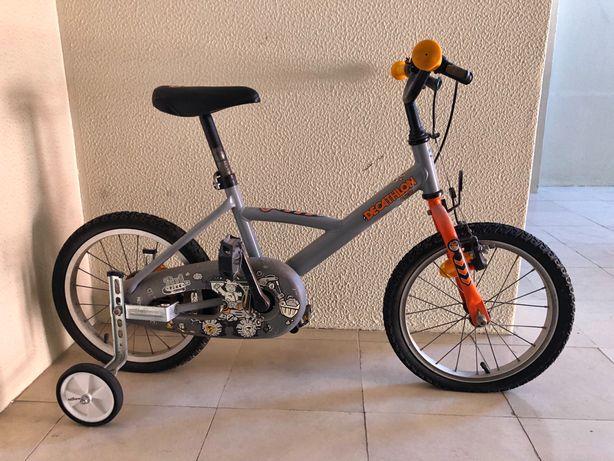Bicicleta Decathlon criança 3-6 anos (com capacete e rodas de treino)