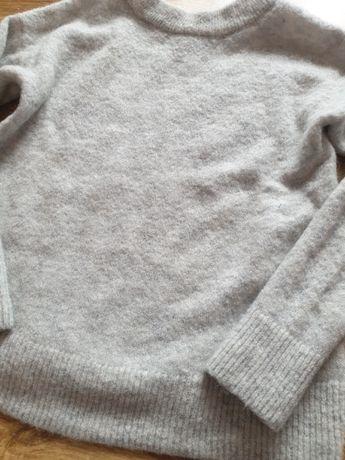Szary sweterek z długim rękawem