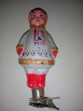 Девочка в костюме, ёлочные игрушки