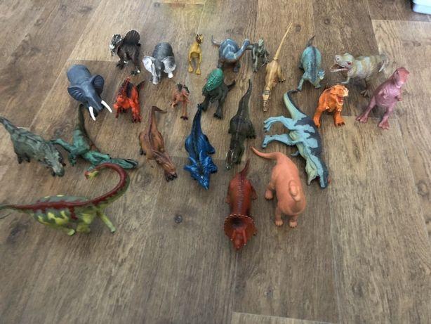 Динозавры разные виды и ещё куча игрушек