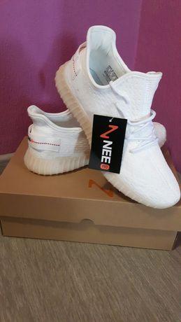 Продам новые белые кроссовки Изи на 42размер