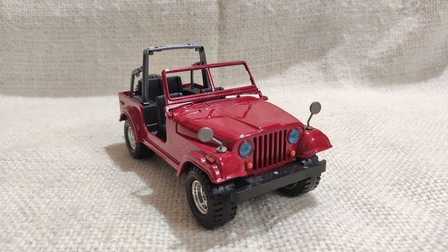 Модель Jeep CJ-7 1.24 Bburago Red