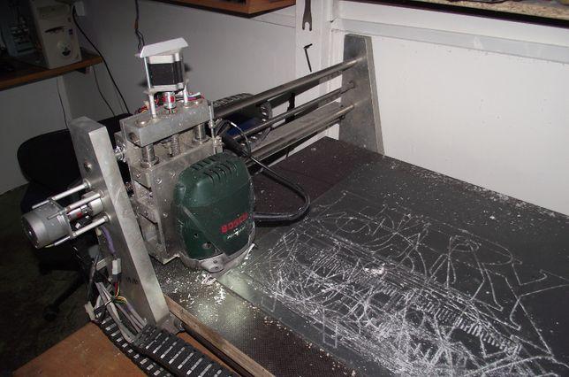 frezarka CNC z komputerem i oprogramowaniem