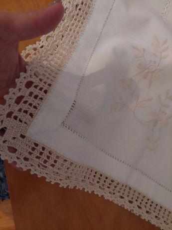 Toalha em linho, bordada á mãos e crochet