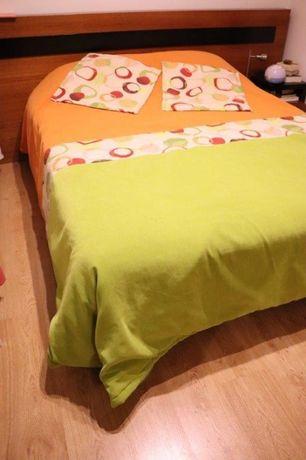 Colcha acolchoada, fronhas e cortinados