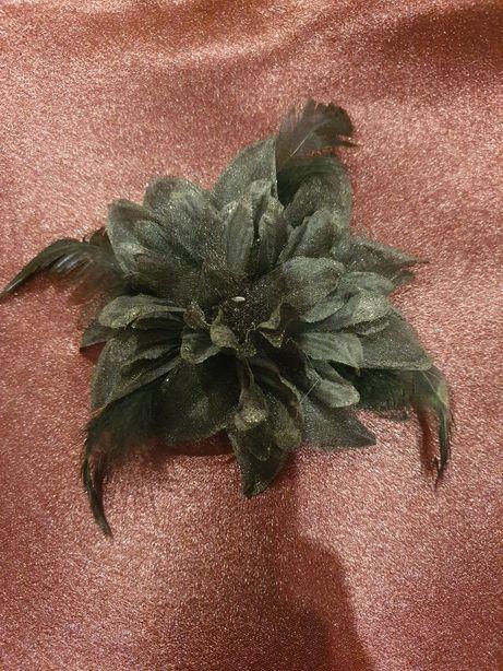 Czarny fascynator, stroik, broszka, korsarz, kotylion,bukiecik na rękę