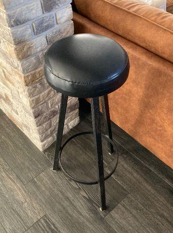 Hokery, trzy wysokie metalowe czarne krzesła industrial loft