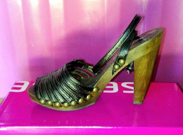 Sandálias de tirinhas com salto em madeira