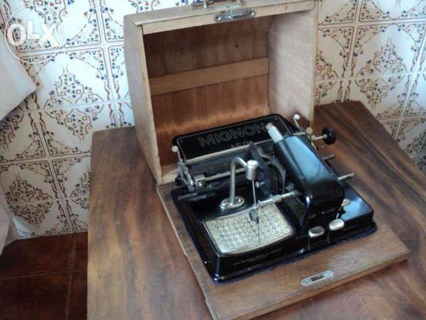 Máquina de escrever Mignon com caixa original -100 anos