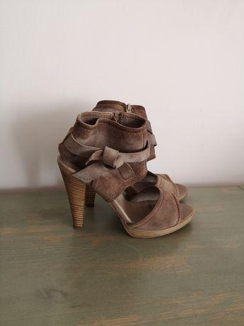 Buty sandałki na obcasie Bata skórzane
