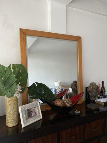 Espelho com moldura em madeira maciça